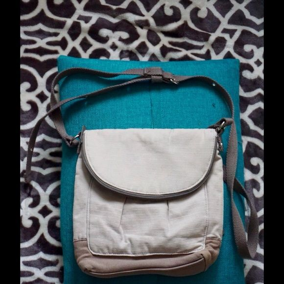 """CUTE Thirty One cross-body purse! Bundle=20% OFF!! Cute Thirty-One cross-body purse! Features LOTS of pockets, snap closure, and adjustable belt-like strap! Measures 9"""" wide, 9"""" high, 2"""" deep, and drop strap is currently 20"""" (can be adjusted longer). Great gently used condition! Bundle 2 or more items and save 20%!! OR make me a reasonable offer via the """"Offer"""" button! Thirty One Bags Crossbody Bags"""