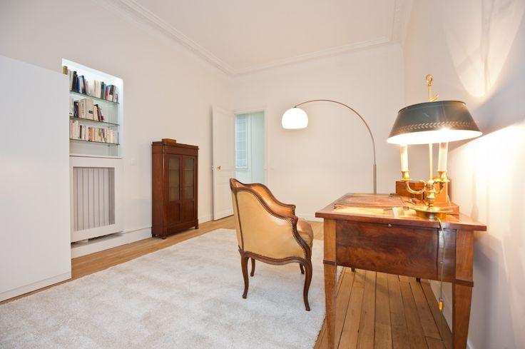 d coration d 39 un bureau dans un appartement haussmannien sur paris un tapis contemporain vient. Black Bedroom Furniture Sets. Home Design Ideas