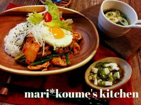 今日の晩ごはんです(*^^*)  鶴橋キムチGETしたので そのままでも美味しいものを たっぷり加えて ピリ辛丼にしました~o(≧▽≦)o  ごちそうさまでした(^^)♪ - 219件のもぐもぐ - 豚肉とアスパラのキムチ炒め丼*めかぶと長芋の酢の物*わかめスープ(*^^*) by koume615