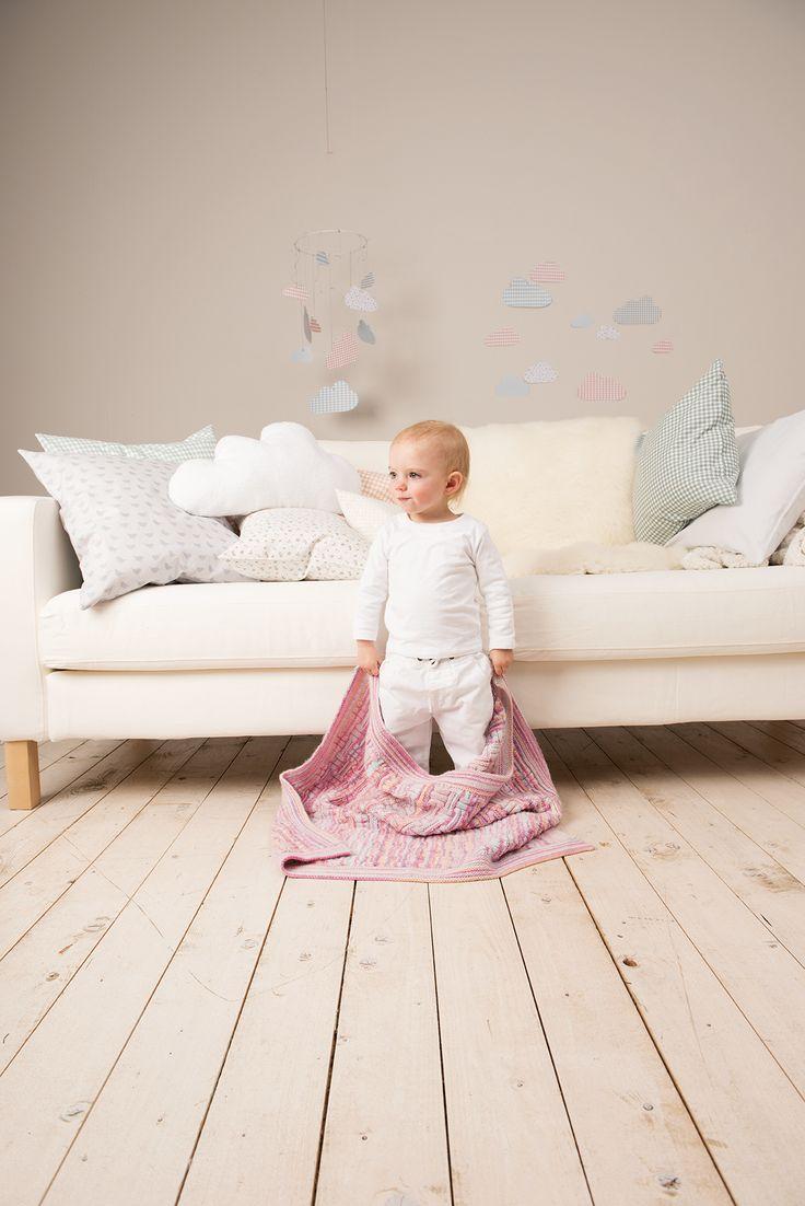 """Kuschelweiche Babystrickdecke im Flechtmuster! Durch das verwendete Printgarn erhält die Strickdecke einen ganz besonderen Look. Sie ist einfach nachzustricken und somit auch für Strickanfänger geeignet. Die Anleitung gibt´s im """"Rico Baby Buch N° 18""""!"""