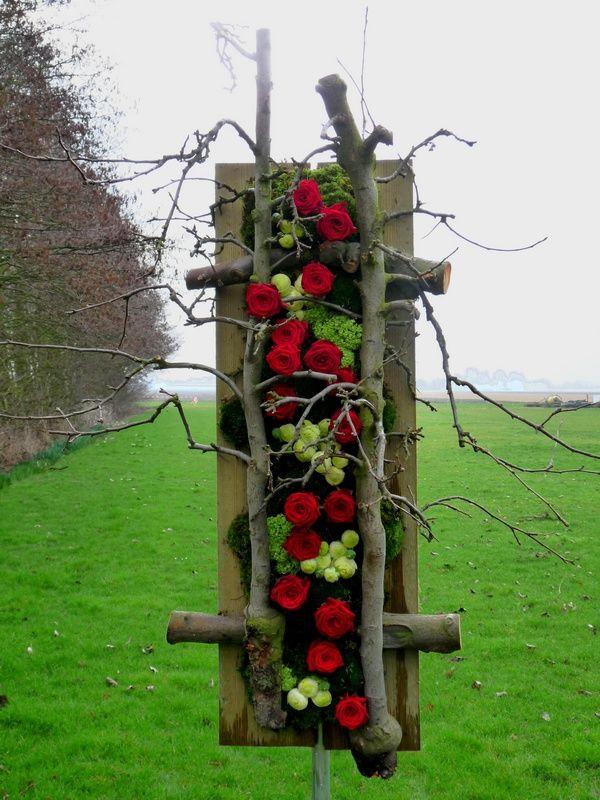 een schijf in de lengte van de boom gezaagd met het schors er nog aan als achtergrond gebruiken.((collection))