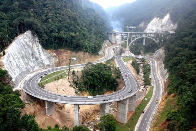 Kelok 9 Bridge is a bridge that connect Padang City to Pekanbaru or vice versa through Payakumbuh City. Named Kelok 9 because the road in this area has nine curves. http://www.goindonesia.com/id/hotels/indonesia/sumatra/padang/jembatan_kelok_sembilan