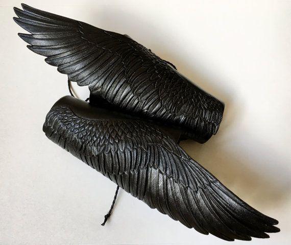 Schwarzes Leder Armschienen Wings of Schatten: ein paar handpunziert und Hand bemalt Raben Flügel mit Silber, Beschattung, sehr detailliert. Exklusives Zubehör für Cosplay, LARP, fantasy, auch für düstere Goten, brutale Biker oder Fans von BDSM ;) Wenn Sie der Meinung sind, dass Sie ein paar Flügel erhalten sollten, selbst - lass es mich wissen. Sie müssen nicht schwarz sein - ich kann ihnen in jeder Farbe machen.  Die Flügel sehen Sie auf den Bildern waren MADE TO ORDER. Möchtest du mir…