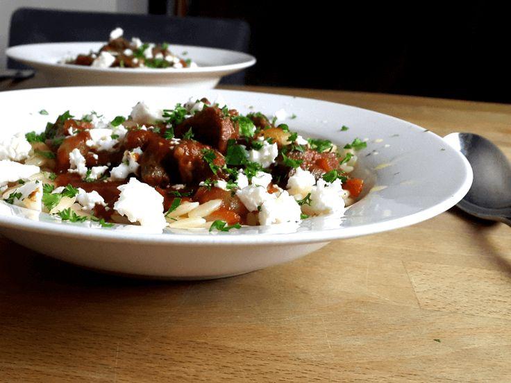 Youvetsi is een Griekse stoofschotel met kip, lam of rund. In dit gerecht…