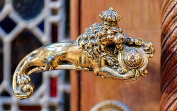 Neorenaissance De wachtkamers zijn ingericht in de destijds populaire stijl van de neorenaissance en versierd met talrijke decoraties, houten betimmeringen, wandbespanningen, gordijnen, beschilderde stucplafonds, parketvloeren en tapijten. Naast de panoramafoto's zijn bijzondere objecten ook van dichtbij te bekijken, zoals deze deurklink in de vorm van een gekroonde leeuw in Amsterdam.