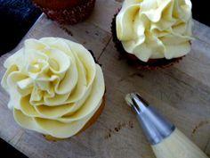 Aujourd'hui je vais essayer de vous expliquer comment faire le glacage au beurre à la meringue suisse pour glacer vos cupcakes et vos gâteaux. Pour moi le glaçage au beurre à la meringue Suisse…