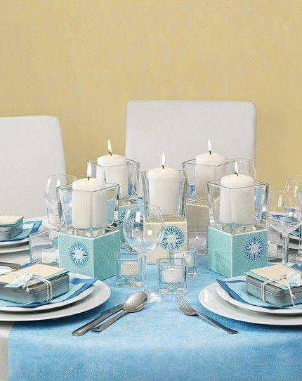 Maritime Tischdekoration in Blau, Türkis und Creme mit Kompass-Rose als Mittelpunkt – blue, turquoise and creme maritime wedding table centerpiece – www.weddingstyle.de