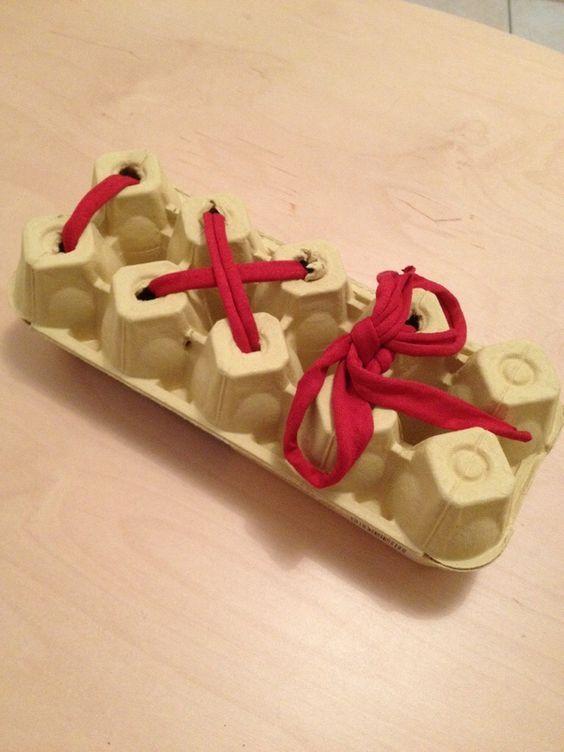 7) Un simple saladier avec des herbes suffira à éveiller son sens du toucher. 8) Une idée pour ceux qui apprennent à lacer leurs chaussures. C'est plus facile de s'entraîner comme ça que sur de petites chaussures difficiles à atteindre une fois enfilées. 9) Une autre idée de panneau avec des pots qui font du...