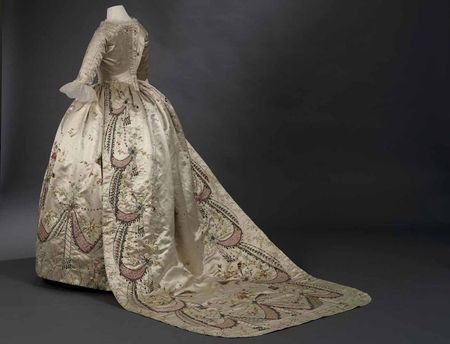 Decorated robes: dress and skirt Attributed to Rose Bertin, 1780-1790 © Toronto, Royal Ontario Museum.