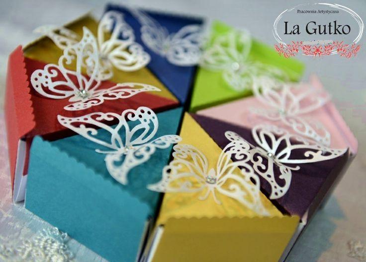 Podziękowania - kawałki tortu w różnych kolorach. Więcej na www.lagutko.pl