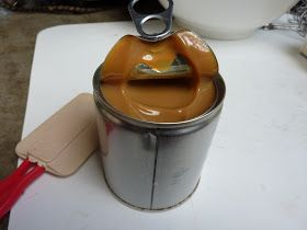 Mettez une boite de lait condensé (sucré) dans de l'eau bouillante pendant 2 1/2 heures .... et quand vous l'ouvrez ... Il sera caramel!