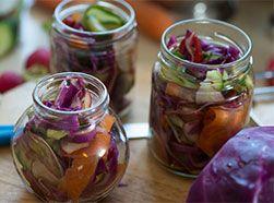 Мгновенный салат из маринованных овощей для пикника