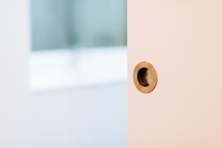 Descubra fotos de Casas de banho modernas: Porta de correr da casa de banho do quarto principal. Encontre em fotos as melhores ideias e inspirações para criar a sua casa perfeita.