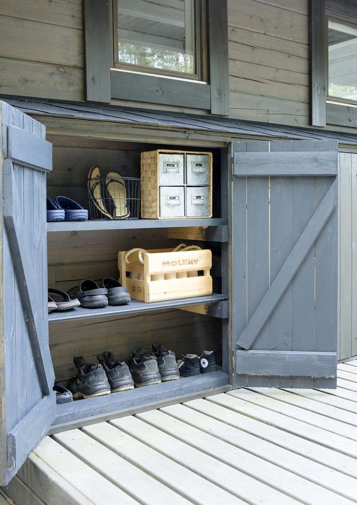 Katon räystään alle rakennettava säilytyskaappi kätkee sisäänsä kuraiset kengät, siivoustarvikkeet ja puutarhatyökalut.
