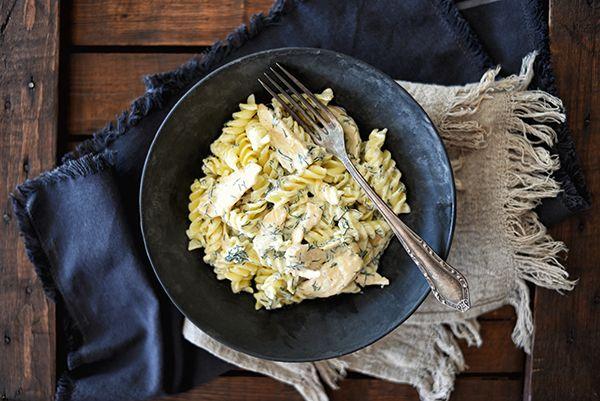 Tejszínes kapros csirkemell csíkok tésztával - lépésekben