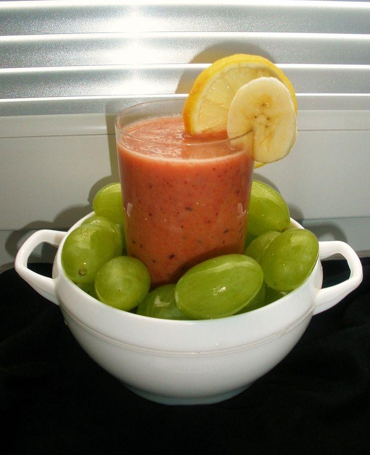 Jablko s mrkví oloupeme a nastrouháme(jablko na hrubo, mrkev na jemno), zakapeme šťávou z citronu a dáme do mixéru. Banán nakrájíme na silnější...