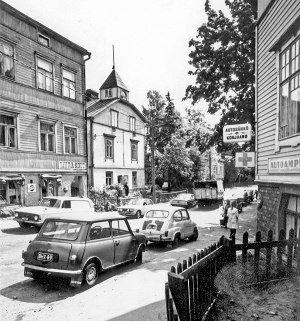 Hertankadulla kesäkuussa 1971. Pastori Väinö Kantele piti muurari Johan Hildénin talossa (takana) rukoushuonetta.