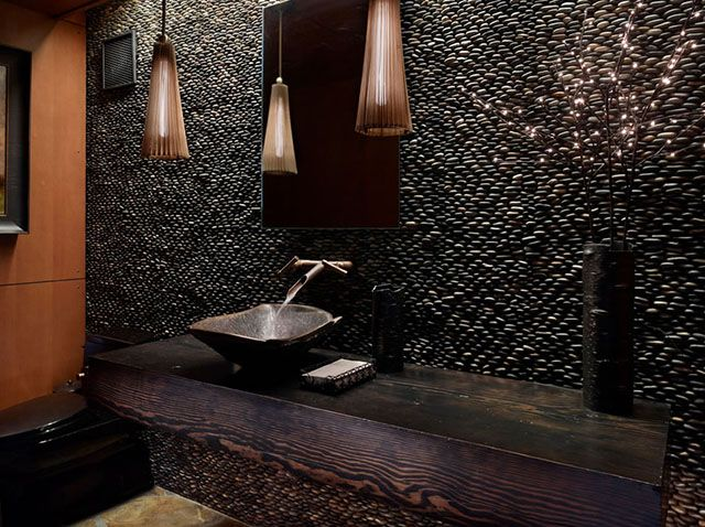 Já esse usa seixos bem escuros pra compor a decoração do lavabo