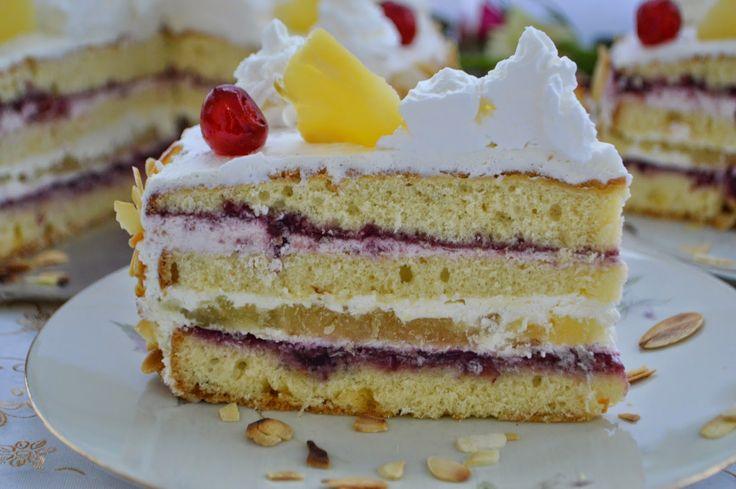 Pe masa din bucatarie: Tort cu jeleu de ananas, crema de mascarpone si dulceata de visine