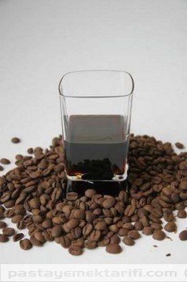 Kahve Likörü ---Bir şise votka 250 Gr. çekilmiş kahve Yapılışı Votka içine 250 gr. kahve ilave edilir ve bu karışım bir kavanoz içinde fermantasyona bırakılır. Değişik aralıklarla kahvenin aromasının votka içine geçmesi için çalkalanır. Yaklaşık 10 gün sonra karışım likör kıvamında içime hazır olur. İçilmeden önce bir süzgeç kağıdı veya evde kolayca bulunabilen tülbent yardımıyla süzüldükten sonra tüketilebilir.