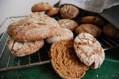 Jag älskar rågbröd och när jag var liten brukade pappa baka ett surdegsbröd jag har lyckats knycka receptet på. Surdegsbröd heter hapanleipä på finska men när jag var liten trodde jag det hette...