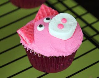 Cute & easy pig cupcakes perfect for a Peppa Pig birthday party!