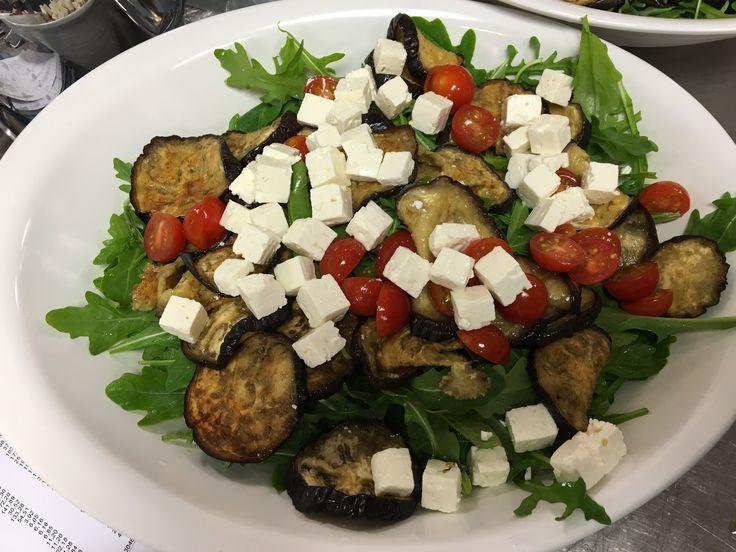 Bagte auberginer med rucola smager skønt og sammen med tomater og feta får du en let og lækker salat som bare er en fryd for øjet, skønne farver og fantastisk smag. Du kan sagtens spise denne salat alene eller server den sammen med en lammekotelet eller anden udskæring. Auberginer indeholder 24 Kcal. pr. 100 g fordelt på 1 g protein, 6 g kulhydrat og 0,2 g fedt, desuden indeholder denne skønne lilla frugt Vitamin A, Vitamin B6, Jern, Magnesium og Calcium. Aubergine tilhører samme familie…