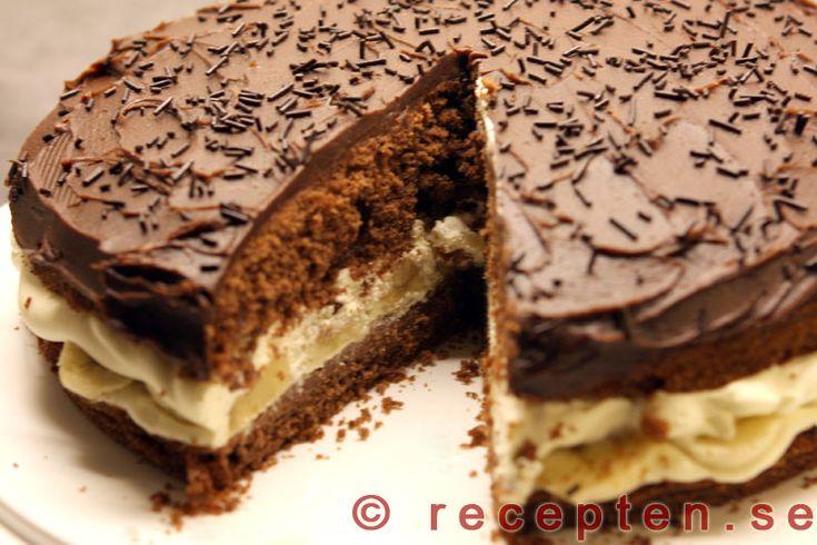 Mycket god chokladtårta fylld med banan och grädde. Enkla men goda chokladtårtbottnar. God chokladglasyr ovanpå.