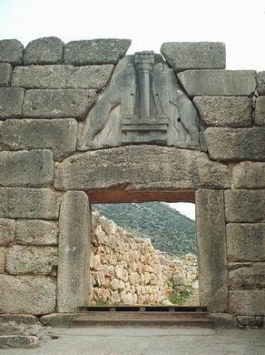 AUTORE: Ignoto NOME: Porta dei leoni DATAZIONE:1300 a.C. circa MATERIALE: Pietra LUOGO DI CONSERVAZIONE: Sito archeologico di micene
