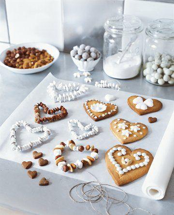 Biscuits en forme de cœurs en pâte sablée, ornés de pastilles et motifs en sucre