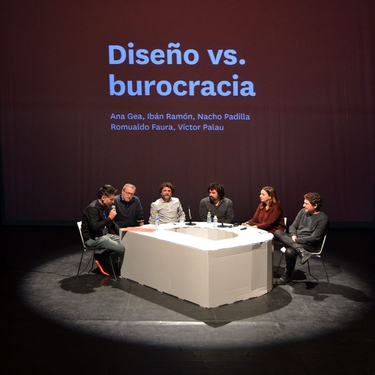 Mesa redonda carton corporeo letra D jornada diseño grafico en Murcia decoracion decorado de escenario diseñado por Cartonlab. Round table carton corporeal letter D day graphic design in Murcia decoration decorated stage designed by Cartonlab.