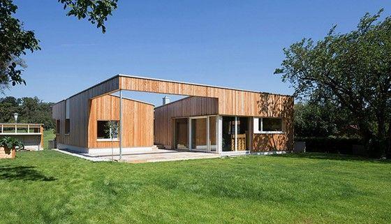 Fachada de madera de casa de una planta
