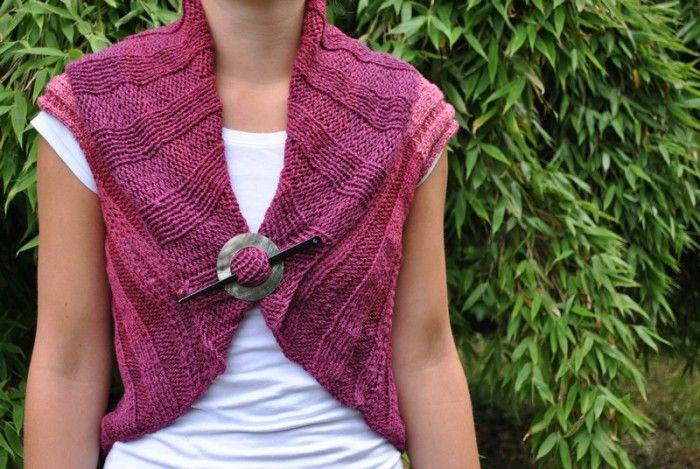 Eenvoudig te breien mouwloos vestje. Je breit een lange rechte lap +/- 90 cm, vouw in de breedte dubbel, naai de zijkanten over +/- 30 cm aan elkaar en klaar is je vest!