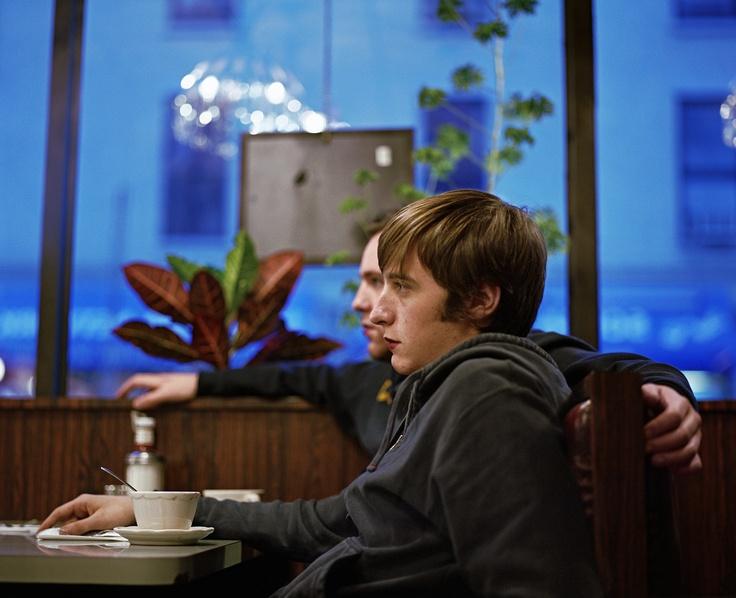 """Gary et Jeremy, Brooklyn, 2005.  """"C'est l'une des premières photos que j'ai prises pour ma série de portraits, commente Molly Landreth. J'étais encore à l'université et Jeremy était mon colocataire. J'aime l'intensité de leur regard et la similitude de leur posture, comme s'ils étaient le miroir l'un de l'autre.""""  Crédits : Molly Landreth"""