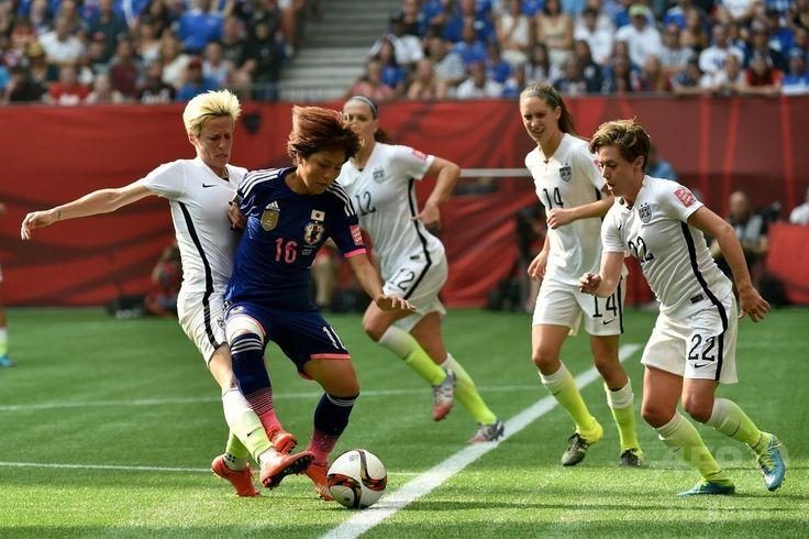 女子サッカーW杯カナダ大会・決勝、米国対日本。米国のミーガン・ラピノー(左)とボールを競る岩渕真奈(左から2人目、2015年7月5日撮影)。(c)AFP/Getty Images/Rich Lam ▼6Jul2015AFP 【写真】なでしこジャパン完敗、W杯連覇ならず http://www.afpbb.com/articles/-/3053699 #2015_FIFA_Womens_World_Cup #Final_United_States_vs_Japan
