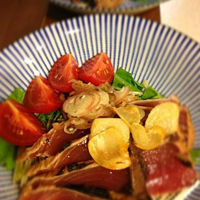 ポン酢のあと、熱々にしたニンニクと胡麻油をジューっとかけました。 - 12件のもぐもぐ - 鰹のたたきのサラダ by RyokoTKTR