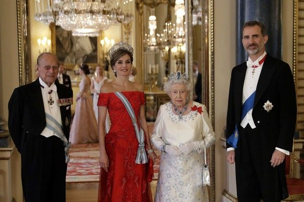 """Britain's Queen Elizabeth II (2nd R) and her husband Britain's Prince Philip, Duke of Edinburgh (L), pose with Spanish King Felipe VI (R) and his wife Spanish Queen Letizia ahead of a State Banquet at Buckingham Palace in central London on July 12, 2017..Spanish King Felipe VI called for a deal on the status of Gibraltar that would be """"acceptable to all"""" on Wednesday, raising a thorny dispute on the first day of his state visit to Britain. / AFP PHOTO / POOL / Matt Dunham"""