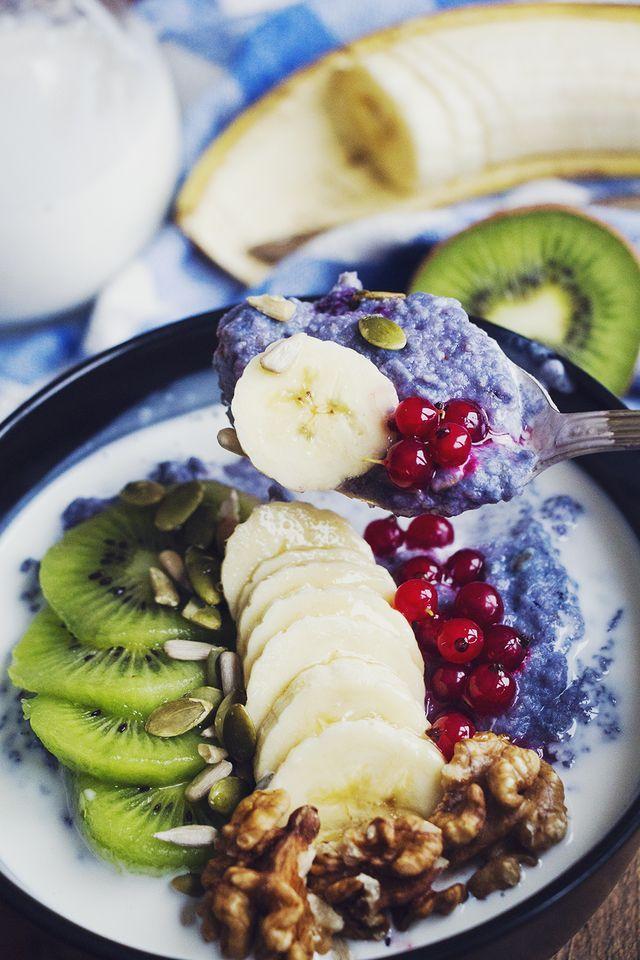 Mättande och proteinrik blåbärsgröt gjord på bovete, toppad med banan, kiwi och röda vinbär   Hur bra som helst - Hanna Göransson   Bloglovin'