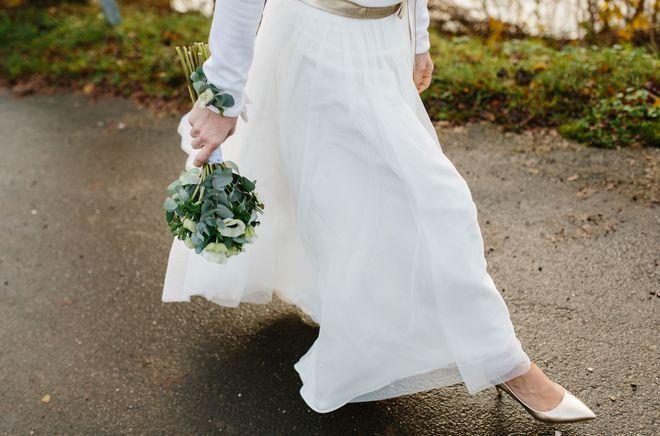 Schlichtes Brautkleid mit Tüllrock und Brautpullover (Foto: Esther Raudszus)