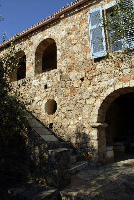 Προς ενοικίαση το σπίτι του Πάτρικ Λη Φέρμορ στην Καρδαμύλη