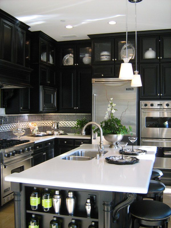 Doing the dishes would be awesome in this kitchen! How fantastic!Dreams Kitchens, Kitchens Design, Black And White, Black Cabinets, Interiors Design, Black White, Black Kitchens, Modern Kitchens, White Kitchens