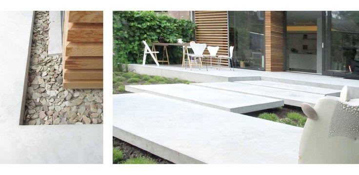 Moderne heldere stadstuin - de zwevende moderne en strakke stapstenen van gegoten beton sluiten aan op de vloer in de woning. Tussen de woning en het betonnen terras ligt een grindstrook. #denkersintuinen www.denkersintuinen.nl