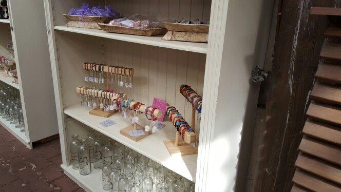 VERKOOPPUNT  Vanaf morgen kunnen jullie onze tassen en armbandjes zien en voelen bij de shop in shop Mooi by ellen&miranda in T'Waaltje plant en dier in Papendrecht #lerentasjes #bymeola #onepiece #sieraden #armbandjes #leer #tassen #handgemaakt