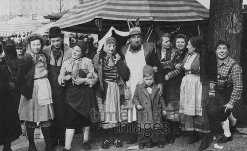 Verkleidete Menschen auf dem Münchner Viktualienmarkt, 1953 Benda/Timeline Images