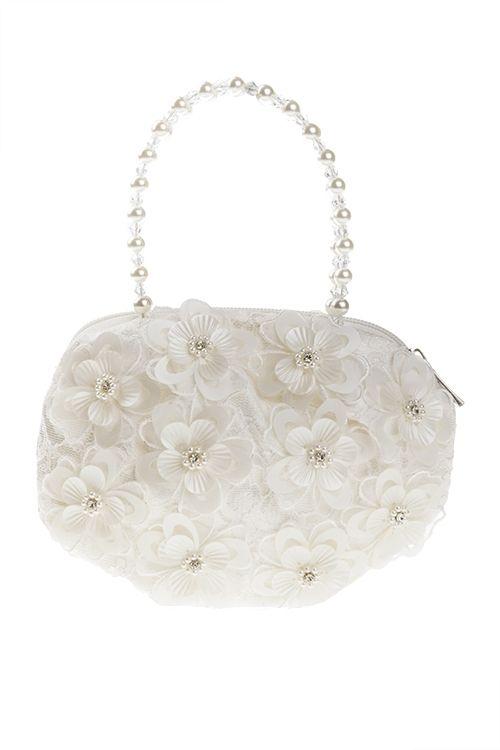 Ivoorkleurig tasje voor bruidsmeisje of communie.De basis van het tasje is bedekt met een laagje kant.Het tasje heeft handvatten met parels en kraaltjes.Op het tasje zitten losse kunststof bloemen met in het hartje van de bloem een strass steentje en pareltjes.Het tasje opent en sluit met een ritsje.Het tasje is (excl. handvat): 19cm x 14cm.Productsamenstelling:100% polyester €14,95