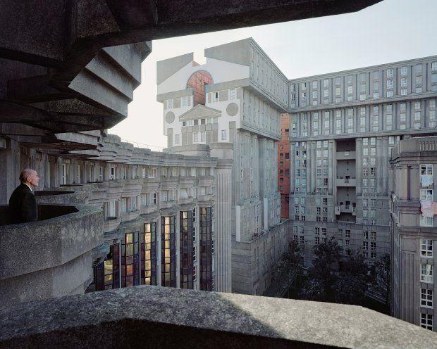 Joseph, 88 lat, na osiedlu Les Espaces d'Abraxas (architekci: Ricardo Bofill i Manuel N nez Yanowsky), Noisy-le-Grand
