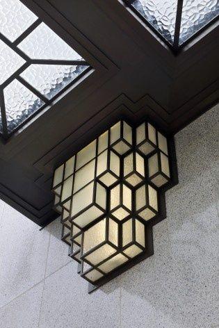 Detalhe de um dos adornos luminosos situados na fachada principal, ornamentando a porta principalFoto Georges de Kinder  [Ma² - Metzger and Partners Architecture]