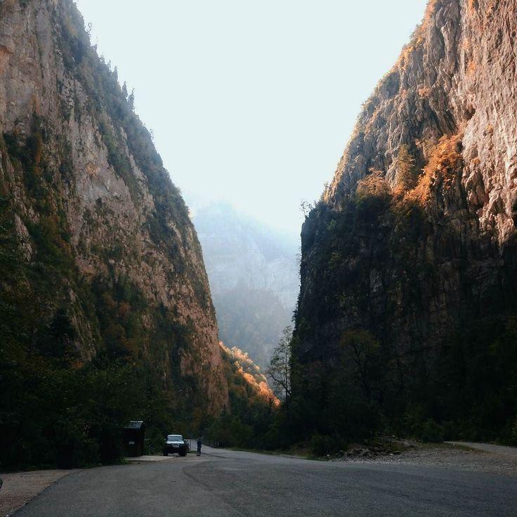 Одно из самых впечатляющих мест по дороге на Рицу - Юпшарская теснина или Каменный мешокего длина 8 км. Представьте что над вами почти смыкаются голые скалынависают и кажетсячто вот-вот обрушатся на тебя.В теснине всегда холоднеечем в других местах дорогии конечно там такое эхо!  #dobrovolskaya_adventures_abkhazia #vscocam #vscoabkhazia #abkhazia #каменныймешок #travelblog #lifewelltravelled #click_vision #rsa_vsco #liveauthentic #lightandair #annadobrovolskayaphotography #lifeofadventure…