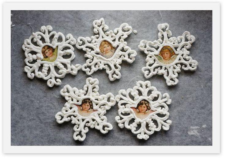 Glasurstjerner  Lav søde stjerner af glasur, som du kan hænge på juletræet.  Ingredienser 4 dl Flormelis 1 æggehvide (pasteuriseret) 2 knsp. eddike   Rør ingredienserne til glasuren sammen i en skål. Pisk glasuren med en elpisker, til den er jævn og fast. Sprøjt stjerner ud på bagepapir, og husk at lave et hul til hver stjerne, som båndet kan hænge i. Lad stjernerne tørre. Sæt bånd i, og hæng dem på juletræet.