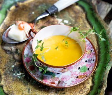 En underbart krämig, smakrik och värmande soppa på kräftstjärtar, hummerfond, vitt vin, schalottenlök och konjak kan inte bli annat än omtyckt. Att en bit av osten taleggio dyker upp som en överraskning i botten av koppen gör rätten till en given succé.